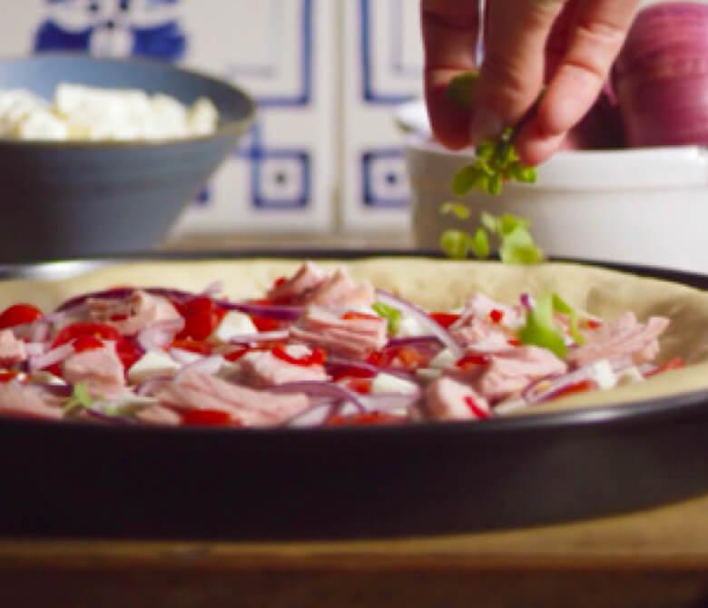פיצה טונה, בצל סגול, עגבניות שרי ואורגנו