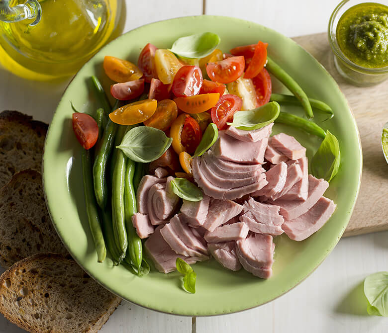 טונה עם שעועית ירוקה, עגבניות שרי ובזיליקום